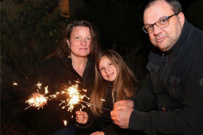 Janet und Maik Neubert haben mit Tochter Izzie Silvester bei Freunden gefeiert. Wunderkerzen sorgten fürs Silvesterfeeling.