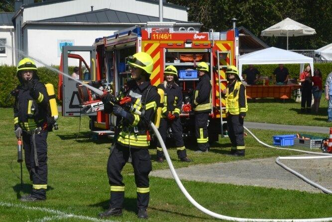 Auf dem Bergener Sportplatz demonstrierten die Feuerwehrleute die Möglichkeiten des neuen Fahrzeugs.
