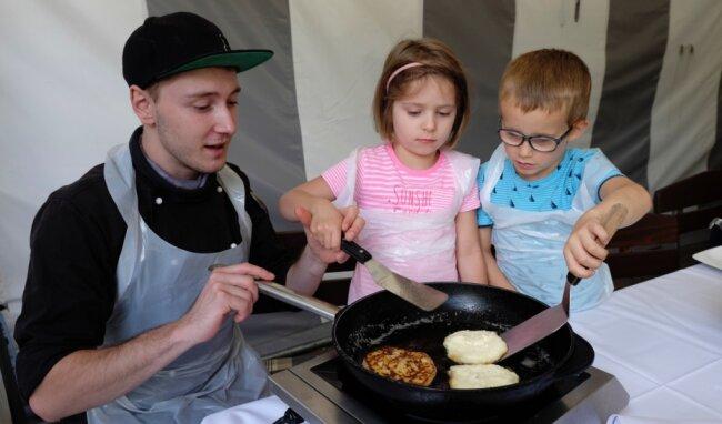 Küchenchef Pascal Heinsmann lässt sich von Melody und Luca helfen.