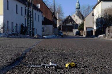 Auf der Hauptstraße in Grumbach - eine Kreisstraße - sollen 2021 die Baumaschinen anrollen. Insgesamt will der Landkreis in diesem Jahr 3,2 Millionen Euro in seine Straßen investieren.