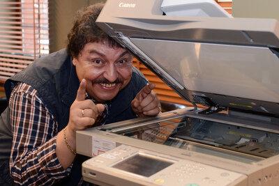 """Passende Fotos für einen Nachruf? Dafür stand Achim Mentzel zeitlebens nie zur Verfügung. Offenbar wollte er so in Erinnerung behalten werden: in seiner Lieblingspose, die er hier für einen Pressetermin zur ZDF-Krimiserie """"SOKO Leipzig"""" in einer Rolle als EDV-Techniker variierte."""