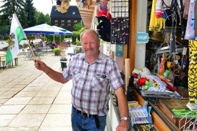 Er hält weiterhin die Fahne hoch: Andreas Gramsch führt den Kiosk im Besucherzentrum der Talsperre Kriebstein.
