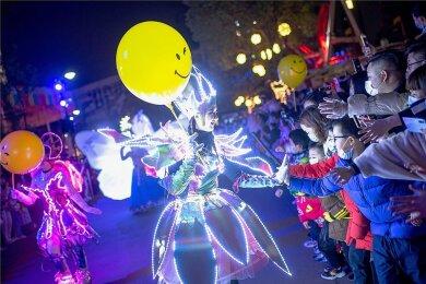 Ausgelassene Feiern und Straßentheater: So wurde in der chinesischen Stadt Wuhan das neue Jahr begrüßt.
