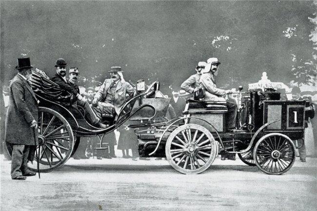 Beim ersten offiziellen Autorennen der Welt von Paris nach Rouen wurde Graf Albert de Dion 1894 mit einem dampfbetriebenen De-Dion-Traktor Schnellster vor jedem Konkurrenten mit Benzinmotor. Im Anhänger saßen Gäste.