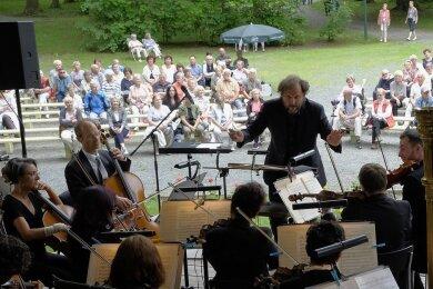 Dass die Vogtland Philharmonie Greiz/Reichenbach wie hier 2017 am Pfingstmontag im Reichenbacher Stadtpark aufspielt, hat Tradition. Wegen Corona gelten diesmal besondere Regeln.