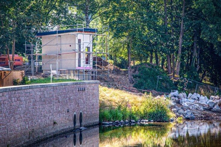 Das Pegelhaus der neuen Flusspegelmessstelle an der Zschopau nahe der Hochhäuser in Flöha ist im Rohbau fertig. Derzeit wird die Dachbegrünung vorbereitet. Diese Variante war ein Wunsch der Stadt Flöha.