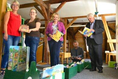 Andrea Thieme und Yvonne Schädlich haben Veronika Bellmann, Stadtrat Joachim Fänder und Bürgermeister Dieter Greysinger (v. l.) die Bibliothek in Hainichen gezeigt, hier den Bereich für die jüngeren Kinder.