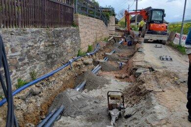 Derzeit rollen nur Baustellenfahrzeuge auf der Paul-Schneider-Straße in Pöhla. Zuerst werden neue Trinkwasserleitungen verlegt.
