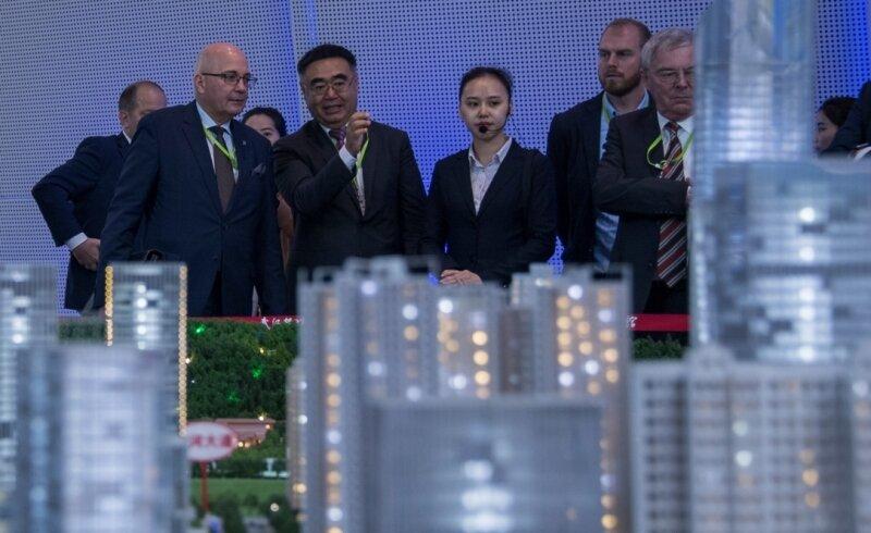 """Da staunen die Sachsen in Wuhans """"Planning Hall"""" über chinesische Superlative - mittendrin: Benjamin Hein, Geschäftsführer von Etage 8 (2. v. r.)."""