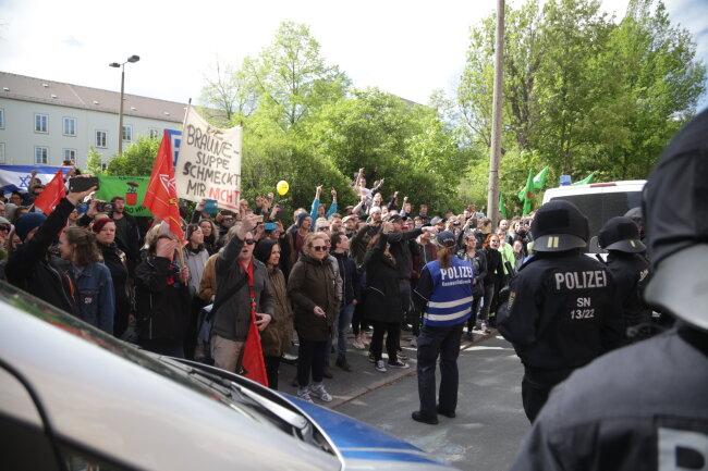 Gegendemonstranten an der Zieschestraße