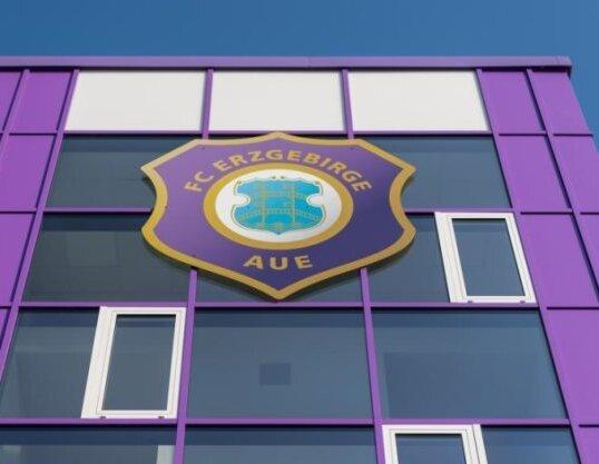 Beim Fußball-Zweitligisten FC Erzgebirge Aue befindet sich der gesamte Spielerkader samt dem Trainer- und Funktionsteam ab sofort in häuslicher Quarantäne.