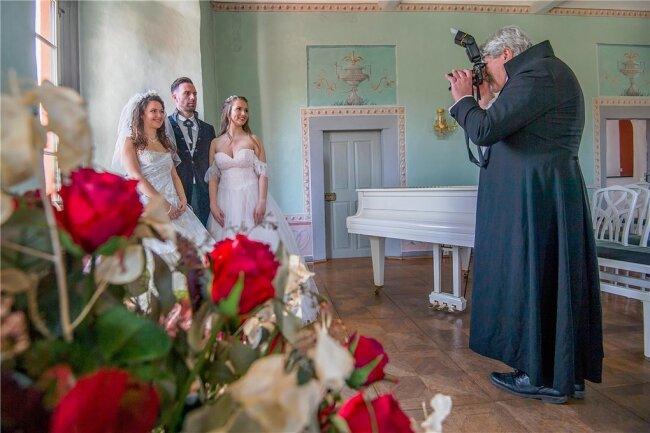Im Schloss Schwarzenberg veranstaltete Ina Riedel ein Fotoshooting. Im Bild sind (von rechts): Fotograf Günter Brauer und die Models Theresa Wugk, Vinzenz Uhlmann und Shanna Hermann.
