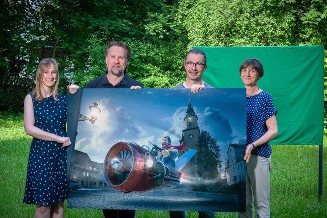 Macher-Quartett: Sabrina Leetz von der Stadtinformation, Thomas Kruse, Rolf Büttner und Erika Wünsch (von links) stecken hinter den Bildern der Freiluft-Fotoschau Perspektiva in Oederan.
