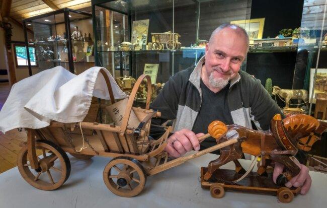 Der Planwagen wurde um 1900 im Betrieb des Urgroßvaters von Steffen Claas hergestellt. Das Pferd stammt aus den 1950er-Jahren.