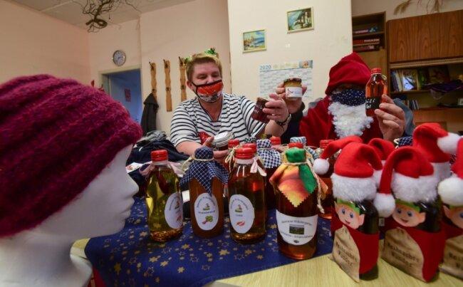 """Ramona Dreißig und Rene Ilausky als Weihnachtsmann haben bei einem Sonderverkauf Produkte aus dem Kräutergarten und der Nähstube des Beratungszentrums """"Halt"""" angeboten. Mit den Einnahmen sollen die finanziellen Verluste des Vereins zumindest ein Stück weit abgefedert werden."""