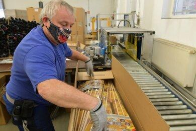 Vor gut einem Monat hatten die rund 100 Weco-Mitarbeiter in Freiberg - im Bild Mathias Böhme in der Sortimentsverpackung - alle Hände voll zu tun. Am 13. Dezember 2020 erging das Feuerwerksverbot.