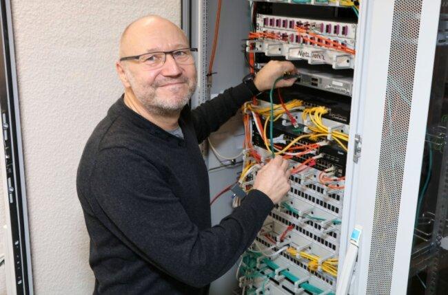 Betriebsingenieur Frank Philipzig im neuen Serverraum des Zwickauer Gewandhauses.