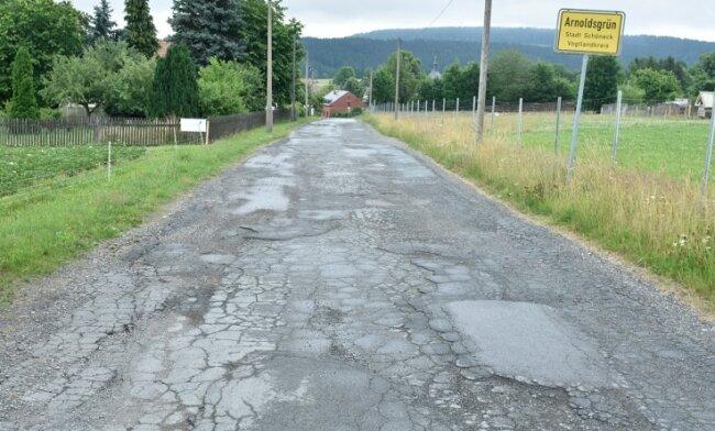 Schlaglöcher und Bodenwellen - der LPG-Weg im Schönecker OrtsteilArnoldsgrün ist seit Jahren nur noch eine Holperpiste.