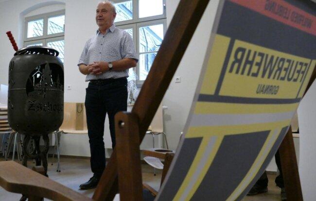 Um den Ruhestand besser genießen zu können, erhielt Wilfried Leibling von den Kameraden der freiwilligen Feuerwehren aus Zschopau und Krumhermersdorf zum Abschied einen Feuerkorb und einen Liegestuhl.