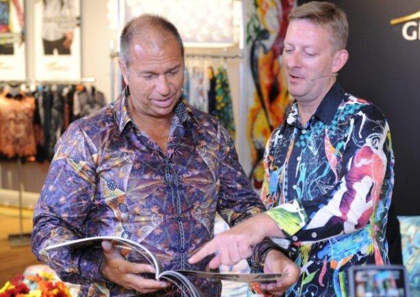 Formel-Eins-Reporter Kai Ebel (links) trägt seit Jahren bei den Live-Sendungen Hemden von Germens. Im September war er Gast im Germens-Store. Im Bild erklärt ihm Germens-Chef René König neue Modelle.