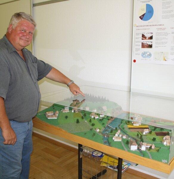 Oberbürgermeister Friedrich Schlosser zeigt auf dem Modell von Flöha aus der Zeit um 1850 auf die Kirche.