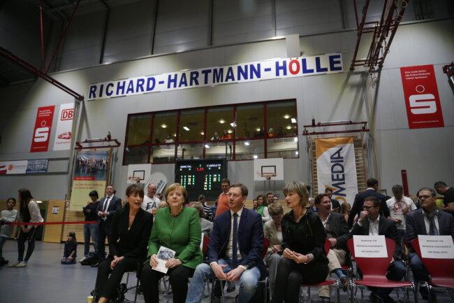 Angela Merkel mit Ministerpräsident Michael Kretschmer und OB Barbara Ludwig beim Spiel der Niners in der Hartmannhalle.
