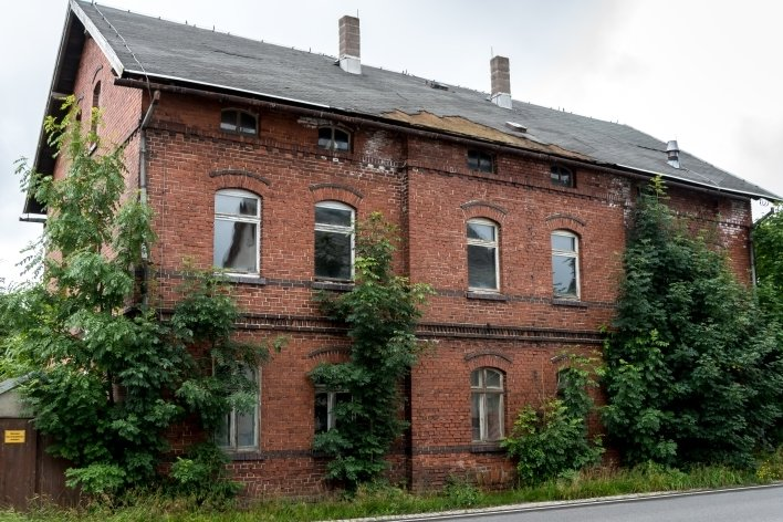 Das baufällige Haus an der Ernst-Thälmann-Straße 75 nahe dem ehemaligen Bahnhof in Reitzenhain soll abgerissen werden. Doch dafür sind Fördermittel notwendig.