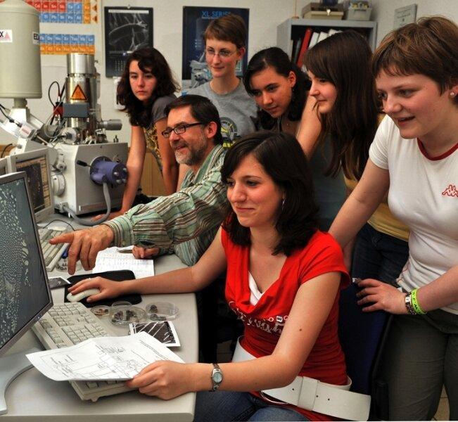 Im Institut Keramik, Glas- und Baustofftechnik der TU Bergakademie erläutert Gert Schmidt den Teilnehmern der Schüleruni anhand eines Rasterelektronenmikroskopes die Struktur von Hochleistungskeramik.