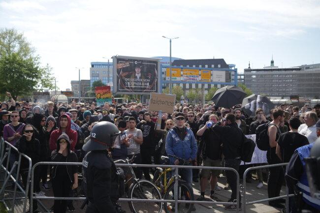 Gegendemonstranten an der Bahnhofstraße.
