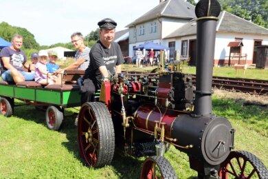 Jörg Morgenstern feierte mit seinem Lokomobil beim Gartenbahnfahrtag in Langenau Premiere.
