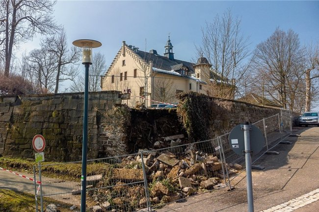 Am 23. März brach das Eckstück der Mauer am Falkensteiner Schloss in sich zusammen.
