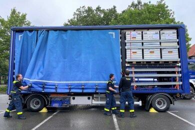Die mobile Trinkwasseraufbereitungsanlage des Technischen Hilfswerks (THW) aus Zwickau befindet sich auf dem Weg in die vom Unwetter zerstörte Eifel-Region.