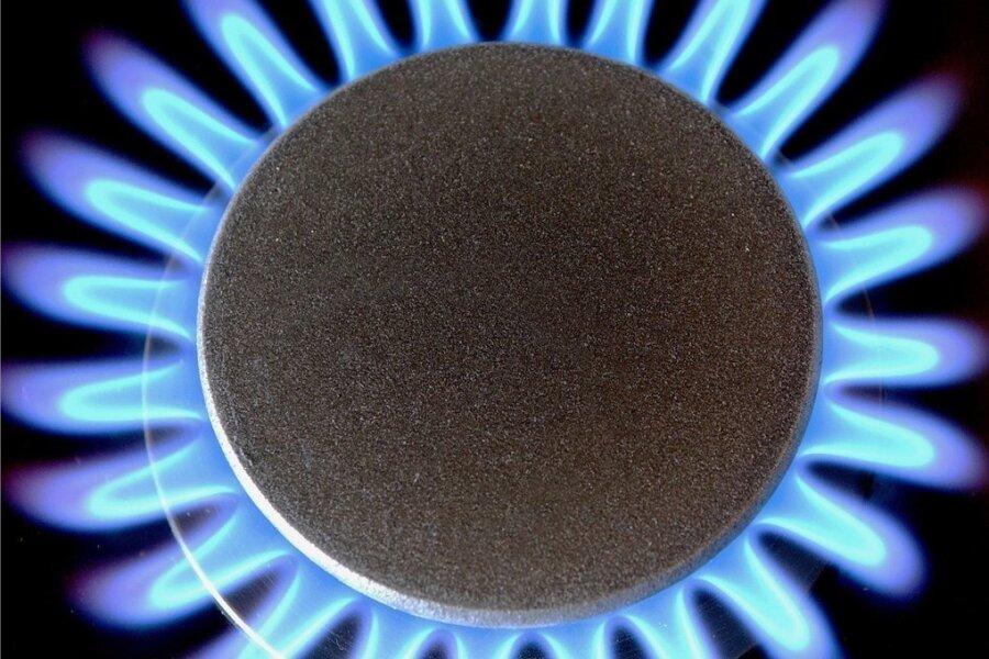 Eine offene Gasflamme brennt auf einem Gasherd. Die Erdgaspreise erleben derzeit einen Höhenflug. Verbraucher werden tiefer in die Tasche greifen müssen.