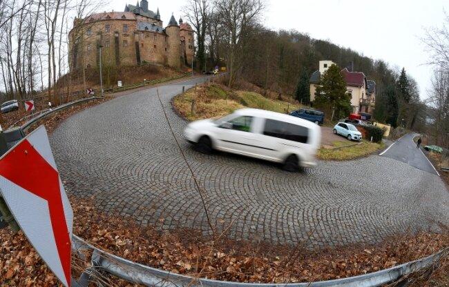 Die Trasse am Burgberg in Kriebstein ist mit 24 Prozent Steigung die steilste Kreisstraße Mittelsachsens. Schon seit nahezu einem Jahrzehnt ist der Ausbau zwischen Rittergut und Zschopaubrücke sowie die Entschärfung dieser Kurve im Gespräch.