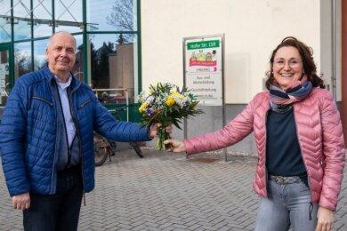 Gratulation mit coronabedingtem Abstand: Reinhard Roßner beglückwünscht seine Nachfolgerin Eileen Heydel, Geschäftsführerin der Aus-, Fortbildungs- und Umschulungsgesellschaft in Oberlungwitz.