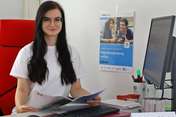 Die 23-jährige Chelsea Goliasch im Lichtensteiner Büro. Sie besetzt die 2020 geschaffene Stelle der Migrationsberaterin.