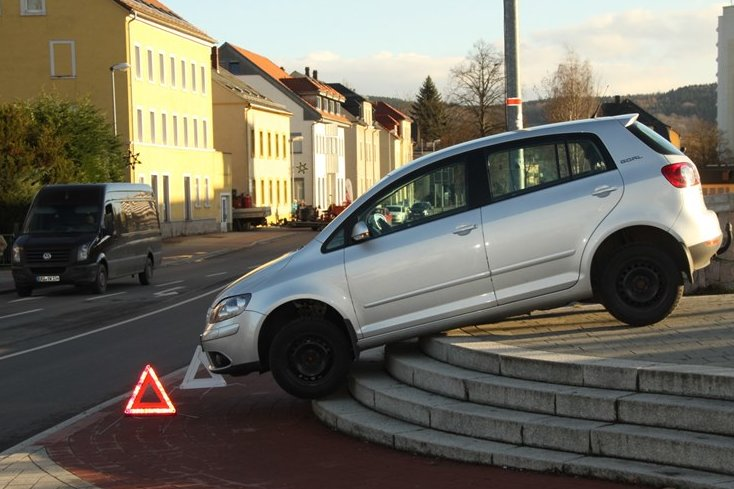 Flöha: Auto bleibt auf Seeberbrücke hängen