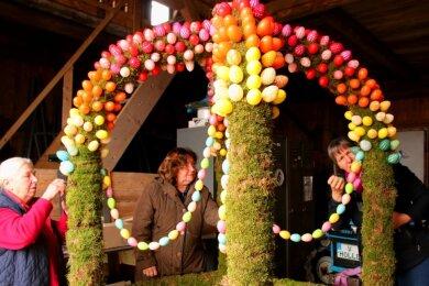 Karin Dörfelt, Gisela Dietel und Cornelia Hackel (von links) steckten gestern Eier in die mit Moos ummantelten vier Arme der Osterkrone.