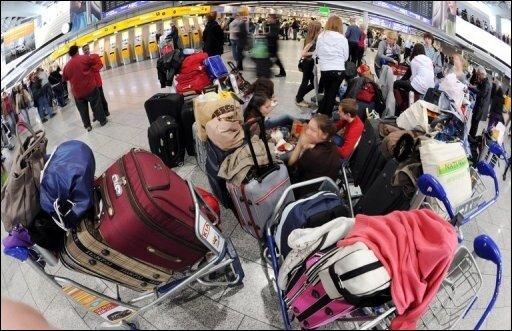 Fast sieben Millionen Passagiere waren einer Studie zufolge wegen der Vulkanasche weltweit gestrandet. Die Mehrzahl von ihnen stammte aus Ländern der Europäischen Union. Das Foto zeigt Fluggäste am Frankfurter Flughafen.