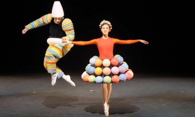 """Das Bayerische Juniorballett München tanzt Oskar Schlemmers """"Triadisches Ballett"""" in den vom Bauhaus-Meister entworfenen Kostümen."""