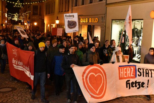 """""""Herz statt Hetze"""": Hunderte Menschen protestierten am Dienstagabend gegen die AfD-Veranstaltung unter dem Motto """"Zeit, die Karten auf den Tisch zu legen""""."""