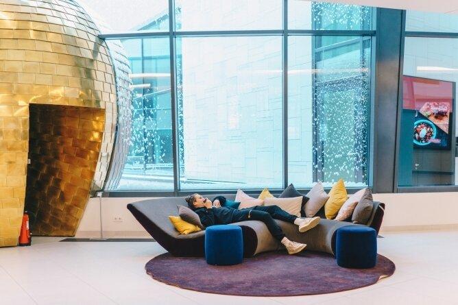 Am Sonntagvormittag nutzen die Spieler die freie Zeit, um auszuspannen oder mit der Familie zu telefonieren. So wie hier der frisch gebackene Papa Malte Ziegenhagen in der Hotel-Lobby.