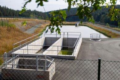 Trügerische Idylle: Die von Hügeln und Wald umgebene Teichkläranlage in Mehltheuer wurde viel teurer als geplant. Die Kosten und die Umstände des Baus sollte der Zwav aufarbeiten und die Öffentlichkeit wissen lassen.