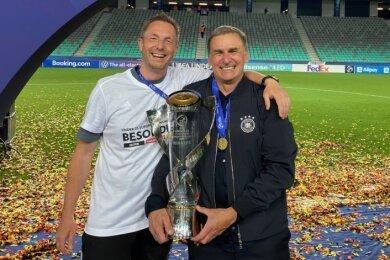 Sebastian Köhler (links) weiß, wie es sich anfühlt, Europameister zu werden. Der Plauener Physiotherapeut bekam von U-21-Nationaltrainer Stefan Kuntz nach dem Finalsieg sogar sein persönliches Jubelbild.