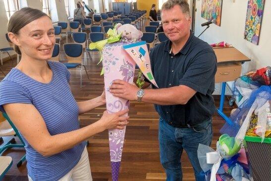 Rico Büschel, Leiter der Olbernhauer Goethe-Grundschule, nahm am Freitag in der Aula der Schule auch von Sandra Winzer eine Zuckertüte entgegen, deren Tochter Vanessa am Samstag eingeschult wird.