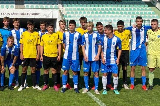 Fürs Erinnerungsalbum: Die B-Jugend-Fußballer des BSC Freiberg (in Gelb) absolvierten ein knapp einwöchiges Trainingslager in Tschechien und testeten dabei am Mittwoch gegen die U 17 von Banik Most. Im Josef-Masopust-Stadion erkämpften die jungen Freiberger beim Drittligisten ein 1:1.
