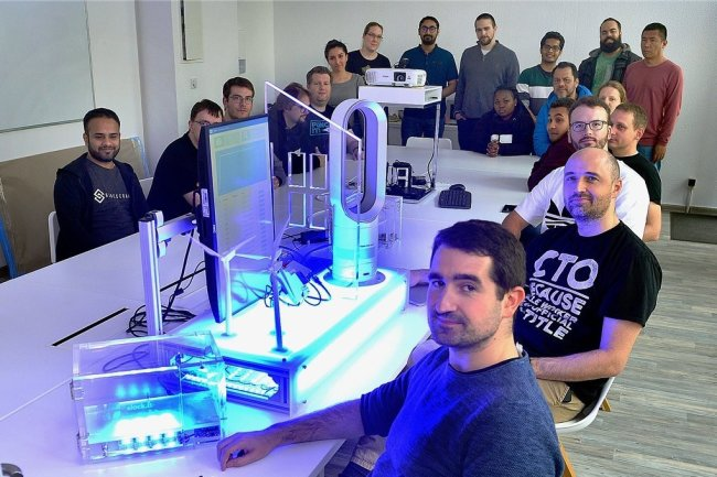 Mitarbeiter aus aller Welt arbeiten in Mittweida bei dem 2015 von Christoph Jentzsch (vorn rechts) mitgegründeten Start-up Slock.it.