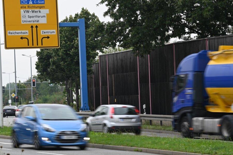 Die Lärmschutzwand am Südring aus Richtung Zschopauer Straße endet vor der Ampelkreuzung Bernsdorfer Straße (im Bild links hinten). Anwohner fordern eine Verlängerung der Mauer. Sie klagen über Verkehrslärm.