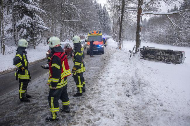 Ein Transporter ist am Freitagnachmittag auf der K 8830 zwischen Gornsdorf und Hormersdorf von der winterglatten Fahrbahn abgekommen und auf der Seite gelandet.