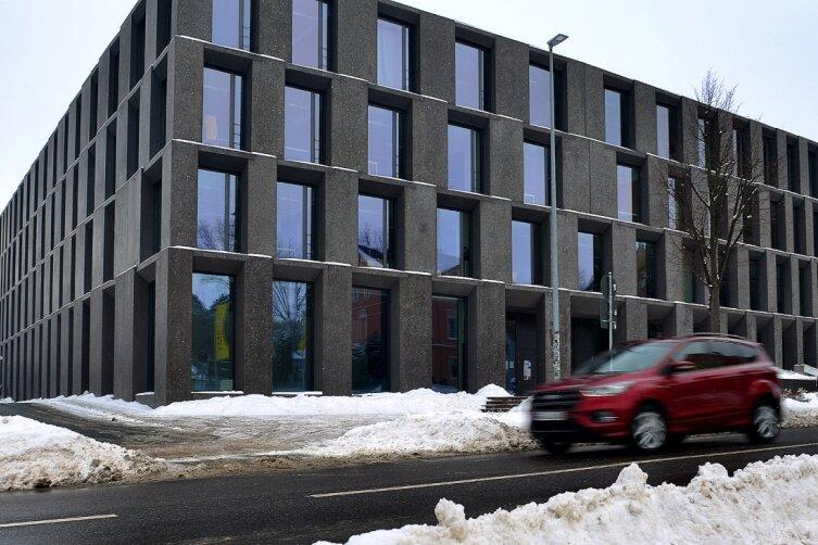 Auf der Bahnhofstraße zwischen Lidl und Medienzentrum der Hochschule Mittweida soll diesen Sommer eine Mittelinsel gebaut werden. Momentan bremsen eher die Schneeberge die Fußgänger aus.